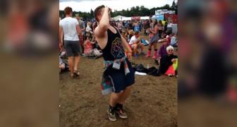 Un ragazzo inizia a ballare tra la folla: tenete d'occhio i suoi movimenti... wow!