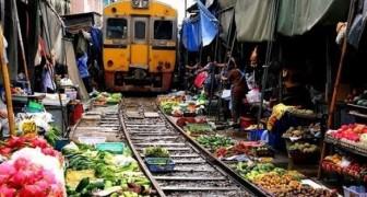 O trem que passa no meio do mercado