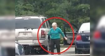 Deze oude vrouw weet niet dat ze wordt gefilmd: wat ze op de parkeerplaats doet is hilarisch!