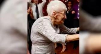 A 85 anni rischiava la sedia a rotelle per la scoliosi: guardate il risultato dopo un mese di yoga!