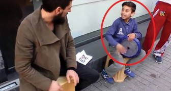 Due artisti di strada si esibiscono con le percussioni: il più piccolo è un vero fenomeno!