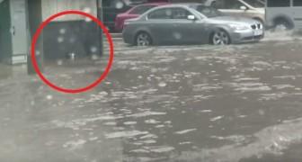 No meio de uma chuva forte e de uma rua cheia d'água; um homem resolve tomar uma atitude DECISIVA