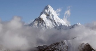 A helicopter reaches Everest --- see the roof of the world in HD!