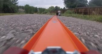 Um homem coloca uma GoPro em um carrinho de brinquedo: o trajeto é espetacular!