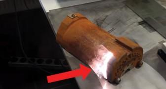 Um laser atinge um pedaço de metal enferrujado. O efeito é lindo de ver!