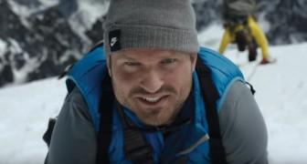 Este hombre esta escalando una montaña: cuando la imagen se aleja quedaran sin palabras