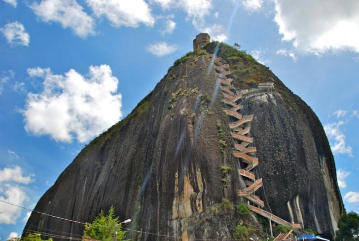 Laat varen alle hoop gij die hier omhoog klimt dit zijn de 7 steilste trappen ter wereld - Trappen rots ...