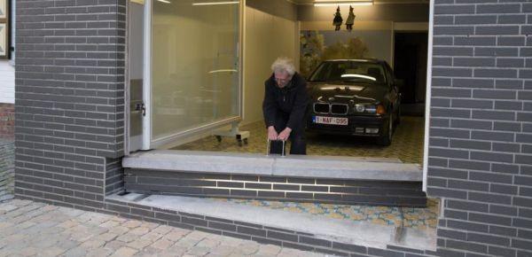 la maire l 39 emp che de mettre la porte du garage mais il trouve une solution g niale. Black Bedroom Furniture Sets. Home Design Ideas