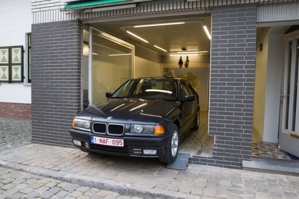 La maire l 39 emp che de mettre la porte du garage mais il for Due piani un garage per auto