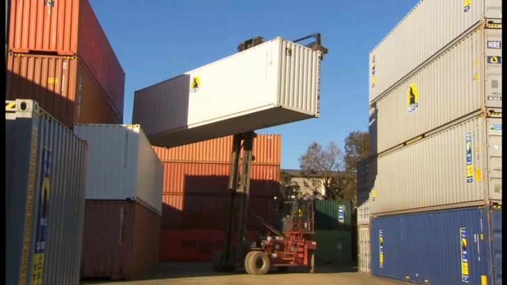 Container Ufficio Piccolo : Decide di trasformare un container navale in una casa: ecco il suo