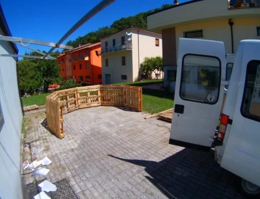 voil comment construire une piscine sur mesure en partant de simples palettes en bois. Black Bedroom Furniture Sets. Home Design Ideas