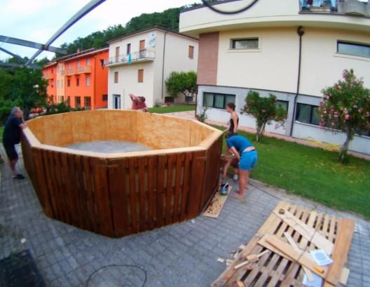 ecco come costruire una piscina su misura partendo da semplici pallet di legno. Black Bedroom Furniture Sets. Home Design Ideas