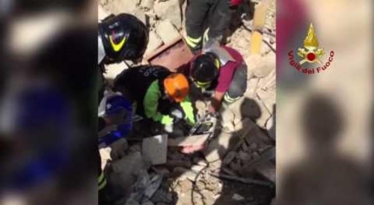 16 dias depois do terremoto na Itália ouvem alguma coisa embaixo dos destroços: o salvamento é inesperado!