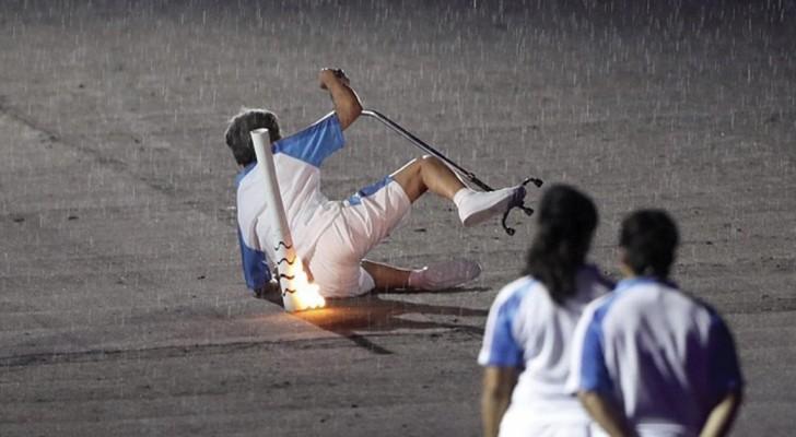 Ze komt ten val tijdens de ceremonie van de Paralympische Spelen: als ze weer opstaat, barst het publiek in een daverend applaus uit!