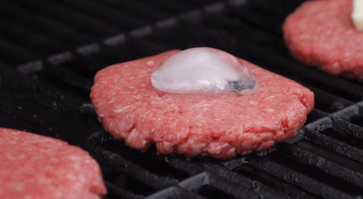 Pone un cubito de hielo sobre la hamburguesa: el motivo? un secreto para tener en cuenta!