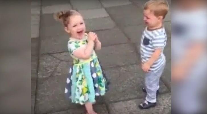 Ces deux enfants vont tenter leur premier baiser: leur émotion va vous attendrir!