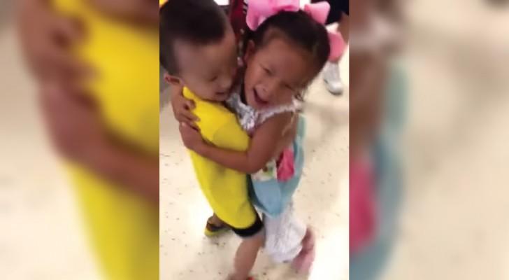 2 bambini inseparabili all'orfanotrofio si ritrovano dopo 1 anno: l'incontro è da lacrime