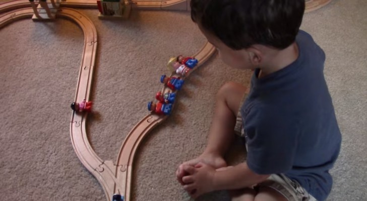 Sobre cual via debe ir el tren? La respuesta del niño es demasiado simpatica