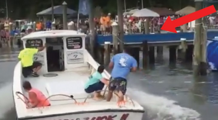 La habilidad con la que este hombre ESTACIONA la barca es impresionante