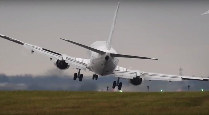 Das Flugzeug versucht bei sehr starkem Wind zu landen: das Manöver ist haarsträubend