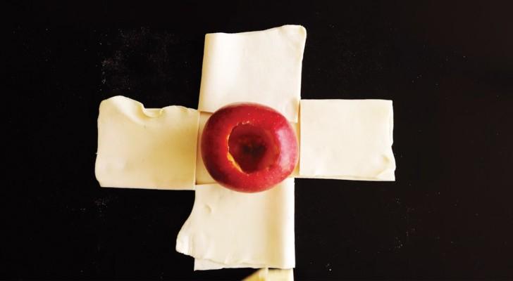 Sie schneidet den Blätterteig und stellt einen Apfel in die Mitte: so verwandelt sie eine Frucht in eine köstliche Nachspeise
