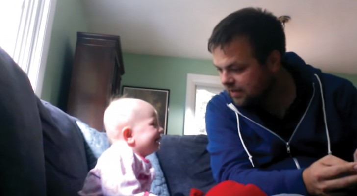 O tio conta uma historinha e a menina não consegue parar de rir: o motivo? Escute a voz dele...