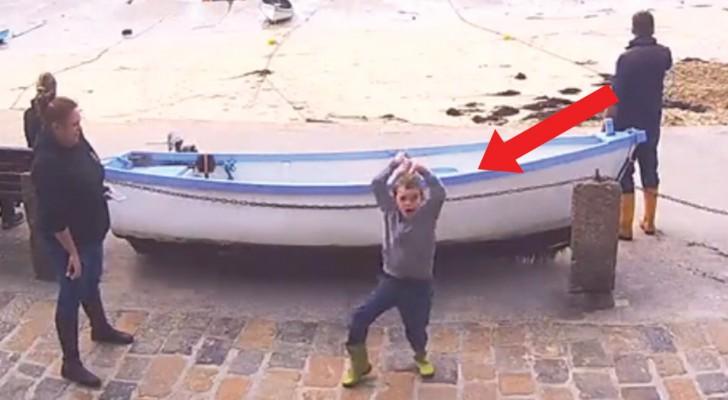 Een kind met autisme staat voor een webcam: wat hij doet, verbaast de voorbijgangers!