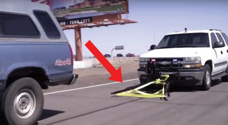 Hij benadert een vluchtauto en zet deze aan de kant met een GENIALE methode!