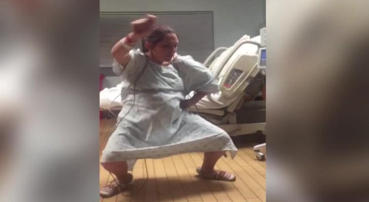 Une mère enceinte est heureuse d'accoucher: voici comment elle passe le temps à l'hôpital