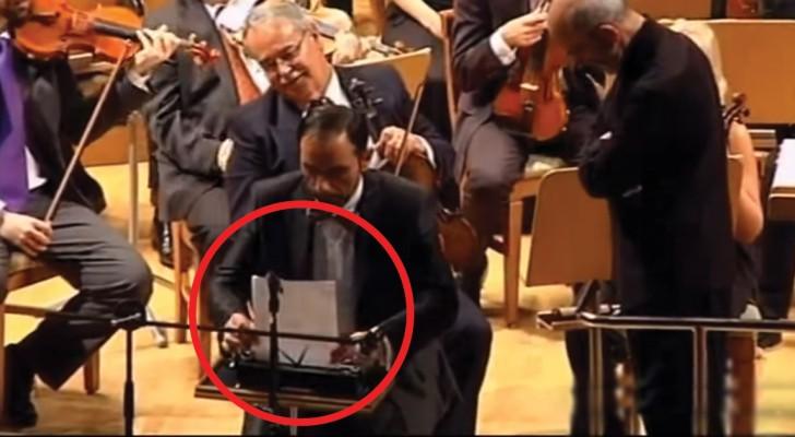 Hij zit met een typemachine tussen de orkestleden: wat er dan gebeurt is hilarisch!