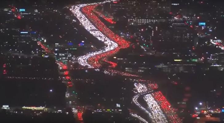 Iedereen wil naar huis voor de feestdagen: de file die hierdoor ontstaat is spectaculair om te zien!