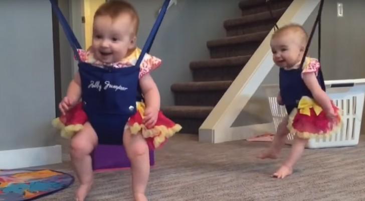 Des jumelles essaient de se balancer pour la première fois: leur réaction est un pur plaisir à regarder!
