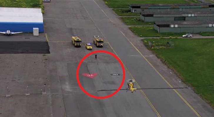 Un pilota di elicotteri chiede alla fidanzata di sposarlo: il modo in cui lei risponde lei è geniale