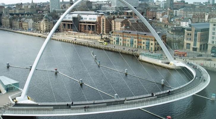 Parece uma ponte normal, mas espere até que se acione para fazer um barco passar!