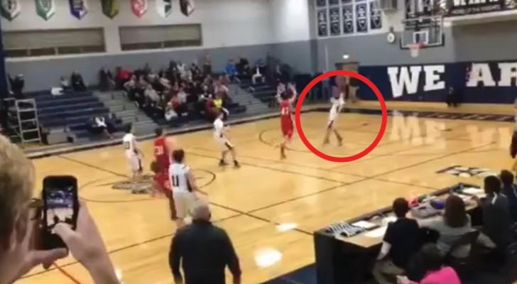 In der letzten Sekunde des Spiels versucht ein Spieler zu werfen: sein Wurf lässt das Publikum toben!