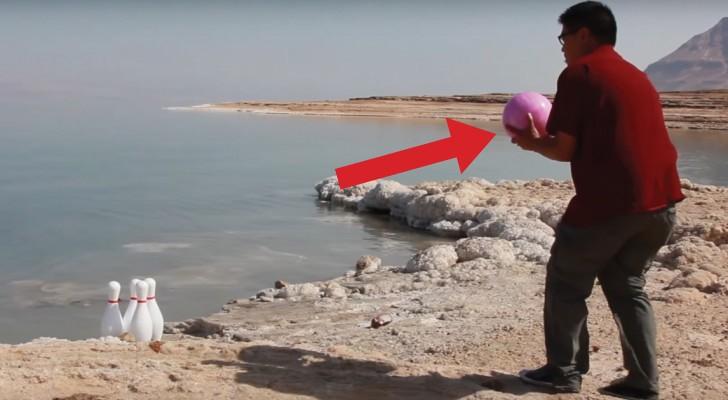 Een bowlingbal van 7 kilo wordt gelanceerd in het water van de Dode Zee: dit experiment is verbijsterend!