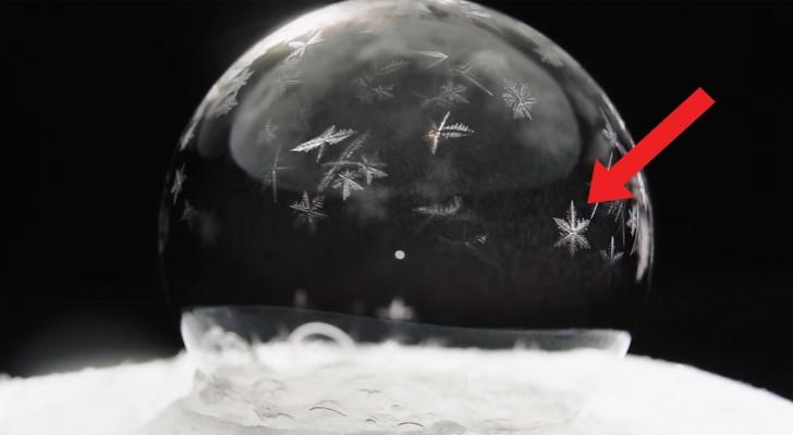 Una bolla di sapone a -15°: la superficie gela in un processo ipnotico e... bellissimo!