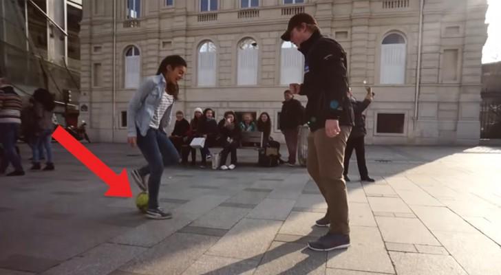 Uma jovem desafia as pessoas que passam a tirar a bola de seus pés, mas eles não têm ideia de quem ela seja!