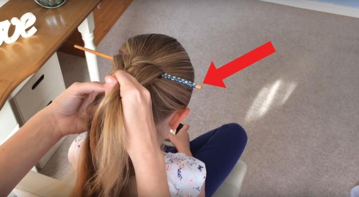 Elle insère un bâtonnet et commence à faire une tresse : lorsqu'elle l'enlève, la coiffure est superbe