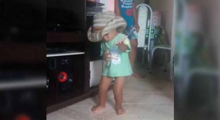 Avec de la musique latine, l'enfant ne peut pas rester immobile : son transport est total !