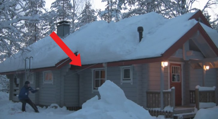 Quest'uomo vuole rimuovere la neve dal tetto: la genialità della sua tecnica è ammirevole!