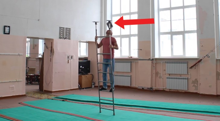 Acrobacia sobre la escalera: la capacidad de este hombre supera la imaginacion!
