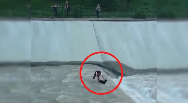 Een hond is in het afwateringskanaal gevallen: een jongen schiet hem te hulp, maar hij krijgt de hond niet alleen naar boven...
