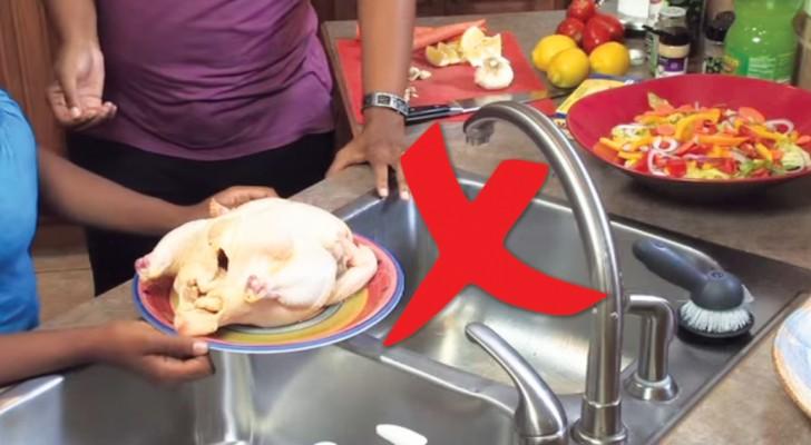 Ne lavez JAMAIS le poulet cru: voici les risques si vous le mettez sous l'eau courante avant la cuisson