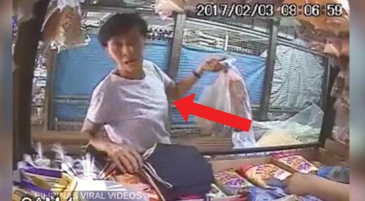 Sie versucht, dem Händler das Geld zu stehlen, aber sobald sie die Kamera entdeckt, wird es ziemlich peinlich