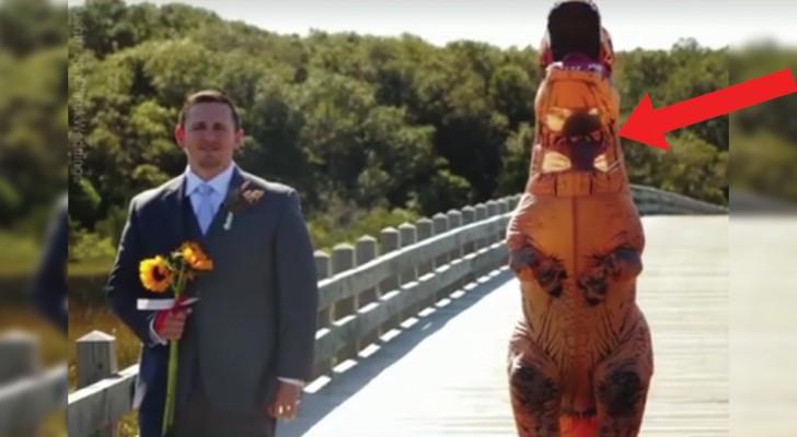 De bruidegom wacht op zijn bruid die hij een aantal dagen niet heeft gezien, maar dan besluit ze om hem te verrassen... op deze manier!