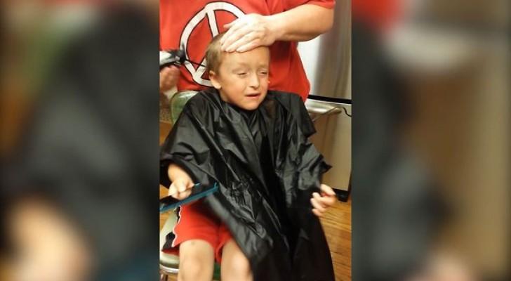 O corte de cabelo mais dramático de todos os tempos... pobrezinho!