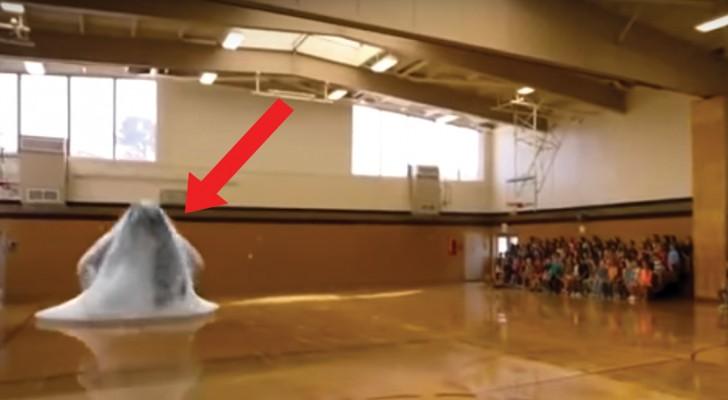 Toute l'école se réunit dans la salle de gym: le spectacle est vraiment à couper le souffle!
