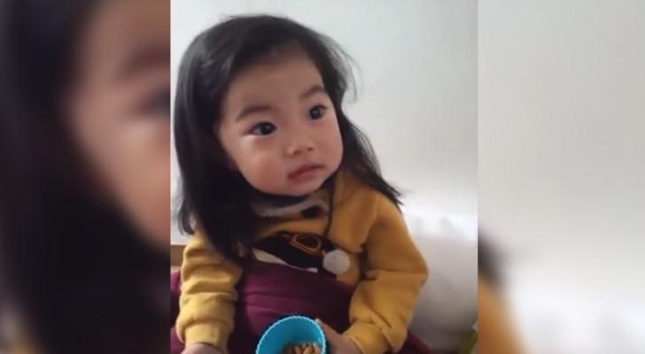 Haar moeder legt uit wat ze moet doen als een vreemde haar een koekje aanbiedt: haar antwoord is zorgwekkend maar hilarisch!