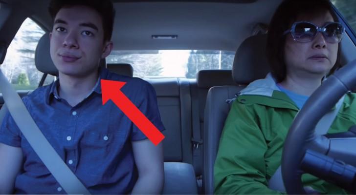 La maman semble ignorer ce que son fils fait dans la voiture, mais... elle ne sait pas ce qu'elle rate!
